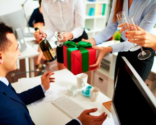 Cadouri pentru colegii de la birou - idei de cadouri potrivite